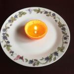 Maak je eigen mandarijnlichtje|Wist je dat je een kaars kunt maken van een mandarijn en een beetje olie?<br>Echt een leuk proefje voor de wat oudere kinderen, al is ouderlijk toezicht bij dit proefje wel verstandig, voor de kleinere kinderen is het ook een leuk proefje maar dan vooral als toeschouwer.