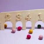 Maak een knikkerspel van hout|In dit artikel kun je lezen en zien hoe je een knikkerspel kunt maken van hout. Leuk voor de wat ouder kinderen, want die kunnen dit zelf maken. Bij de kleinere kinderen kunnen de ouders over grotere broer of zus een beetje helpen. <br>(inclusief sjabloon en video)