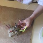 Lekker experimenteren met klei en rietjes|Knutselen hoeft niet altijd iets 'zinnigs' op te leveren of ergens op te lijken. Soms is het gewoon fijn om te voelen en te experimenteren met materialen. Klei is een leuk materiaal, al moeten sommige kleine kinderen even wennen aan de vieze handjes, maar daarna kunnen de mooiste creaties ontstaan.