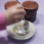 Maak je eigen glitterlijm|In een aantal artikelen word er gebruik gemaakt van zelfgemaakte glitterlijm. In dit artikel met video kun je zien hoe je zelf glitterlijm kunt maken en hoe je deze makkelijk kunt bewaren voor een andere keer, ook zie je hoe je in enkele minuten glitterlijm kunt maken. Leuk voor als finishing touch.