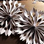Maak een sneeuwvlok van papier |Knutselen hoeft niet altijd ingewikkeld te zijn en je hebt ook niet altijd van alles nodig om iets leuks en moois te maken.<br>Bijna iedereen heeft de spullen voor de sneeuwvlok wel in huis.<br>Met deze basis kun je bijv. ook een mooie slinger maken of decoratie voor op het raam of in de boom.