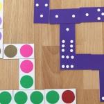 Maak je eigen dominospel|Domino is typisch zo'n spelletje wat je op verschillende niveau's kunt spellen, en makkelijk mee te nemen is wanneer je bijvoorbeeld op vakantie gaat. En wat is er leuker dan domino te spelen met afbeeldingen of kleuren doe je zelf leuk vind. Maak met je en/of voor je kind dit leuke spel.